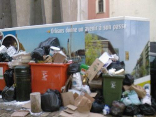 La poubelle pour aller danser (rue de Bourgogne)